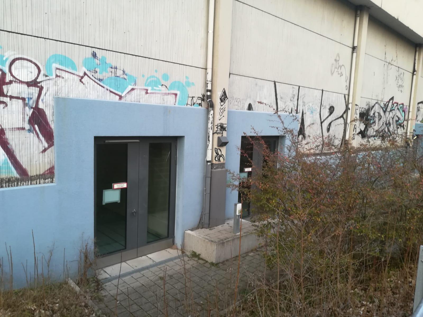 Fluchttüren an der Südseite der Pestalozzihalle. Hier besteht erhebliches sicherheitstechnisches Verbesserungspotential