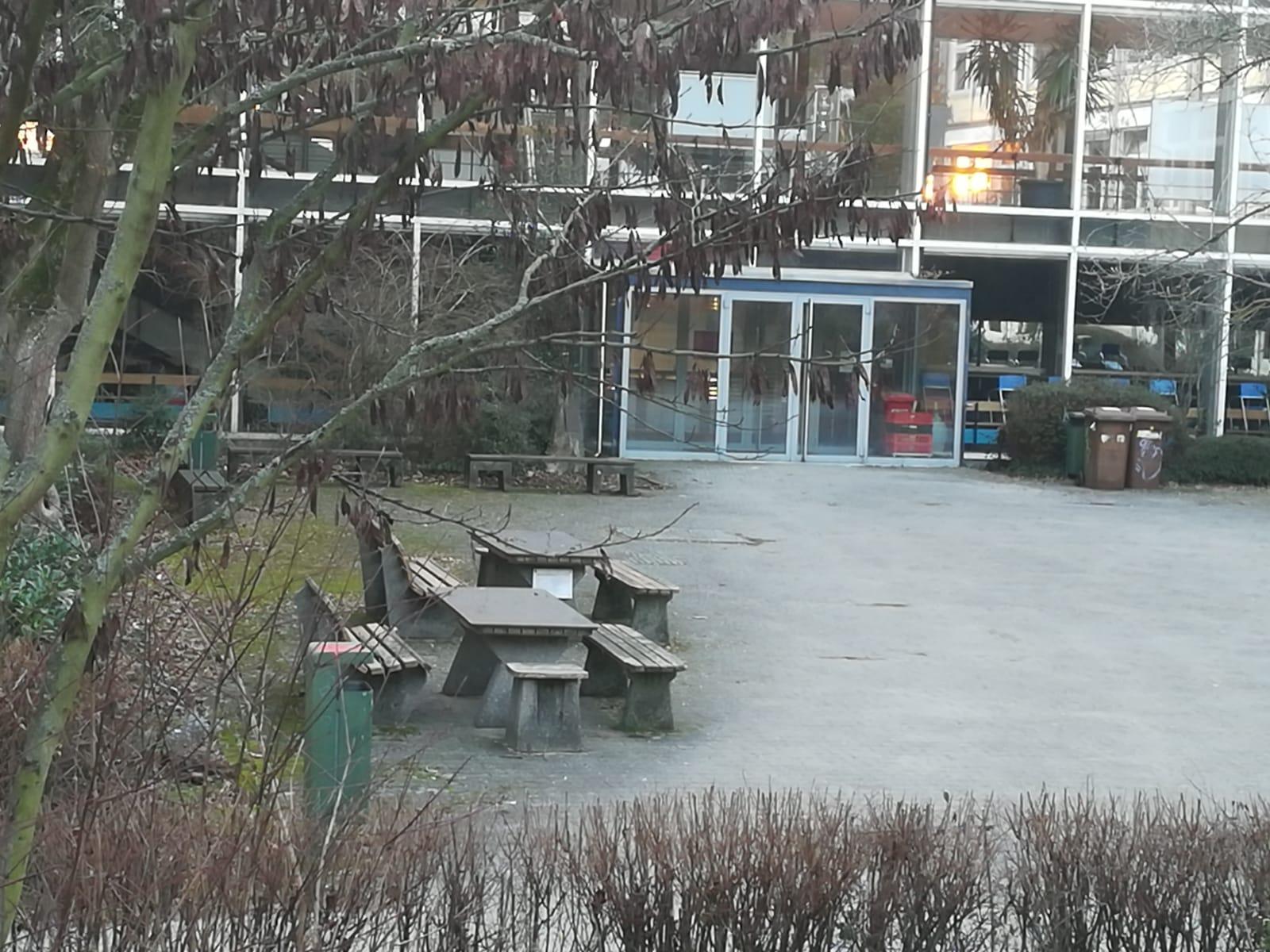Schulhof der Willy-Hellpach-Schule. Hier besteht Potential für eine qualitativ hochwertige Aufenthaltsfläche