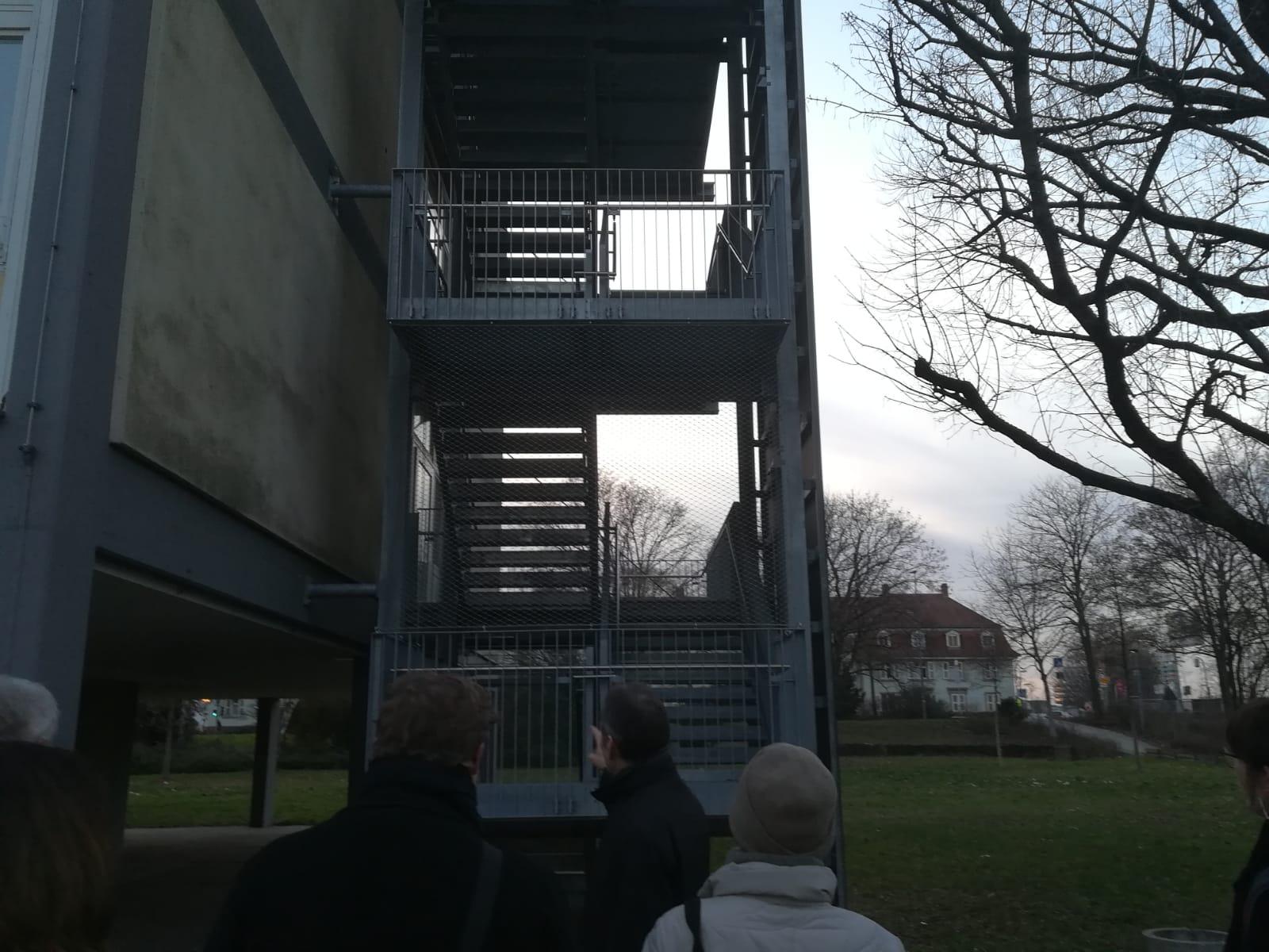 Treppenaufgang am Seitengebäude der Willy-Hellpach-Schule. Hier wurde rundum ein Netz angebracht, um Unbefugeten den Zutritt zu verwehren.