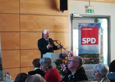 Kurt Beck hält ein flammendes Plädoyer für Europa und stellt die die Bedeutung Europas für Kommunen klar heraus.