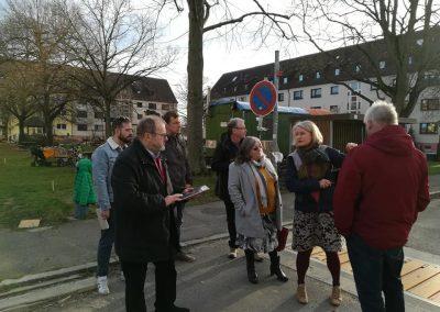 Begehung in der Rheinstraße. Die beiden Stadträte Michael Rochlitz und Karl Emer besichtigten gemeinsam mit Sabine Bartels (Vertreterin der vier in der Rheinstraße ansässigen Wohnprojekte) und interessierten Bürger*innen die aktuelle verkehrliche Situation an der Rheinstraße.