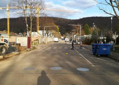Die Rheinstraße von Westen aus gesehen. Auf der rechten Seite befindet sich der ehemalige Checkpoint der US-Streitkräfte.